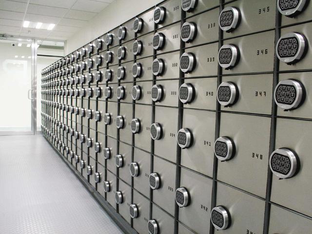 Pasillo con cajas de seguridad