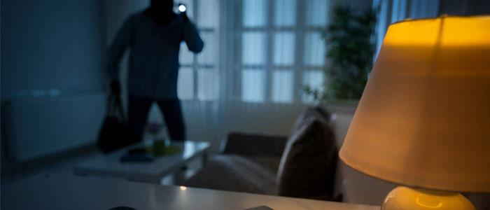 Ladrón entrando a casa habitación