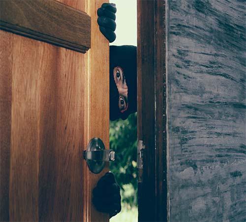 ladron asomandose por la puerta